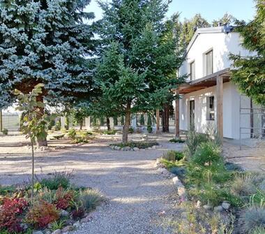 Obiekt na działalność gospodarczą i teren inwestycyjny z nowoczesnym domem